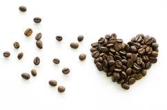 Hart van koffiebonen wordt gemaakt op witte achtergrond, liefdekoffie die Royalty-vrije Stock Foto