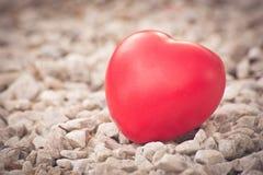 Hart van liefde in de dag van Valentine op houten Royalty-vrije Stock Foto's