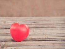 Hart van liefde in de dag van Valentine op houten Stock Foto's