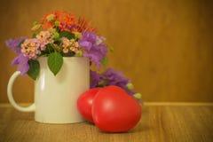 Hart van liefde in de dag van Valentine op houten Royalty-vrije Stock Foto