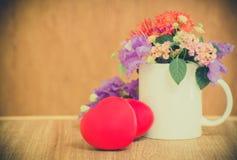 Hart van liefde in de dag van Valentine op houten Stock Fotografie