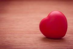 Hart van liefde in de dag van Valentine op houten Royalty-vrije Stock Afbeeldingen