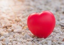 Hart van liefde in de dag van Valentine op steen Royalty-vrije Stock Afbeeldingen