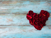 Hart van rode bloemblaadjes op houten lijst wordt gemaakt die Tekstruimte Stock Foto's