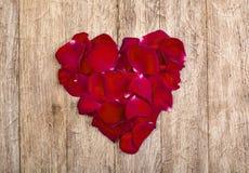 Hart van rode bloemblaadjes wordt gemaakt dat Stock Fotografie