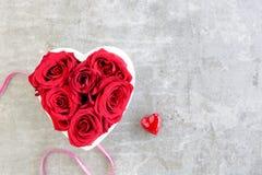 Hart van rode rozen op grijze achtergrond met lint royalty-vrije stock afbeelding