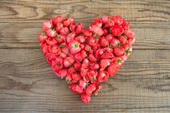 Hart van rode rozen op houten achtergrond wordt gemaakt die Stock Fotografie