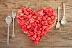 Hart van rode rozen op houten achtergrond wordt gemaakt die Stock Afbeeldingen
