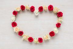 Hart van Rose Flowers op rustieke lijst voor 8 Maart, de Dag van Internationale Vrouwen en Valentijnskaartendag Stock Foto's