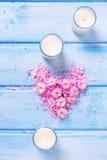 Hart van roze bloemen en bloemblaadjes en boomkaarsen die wordt gemaakt Royalty-vrije Stock Fotografie