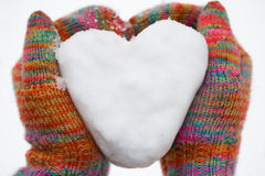 Hart van sneeuw in handschoenen Stock Fotografie