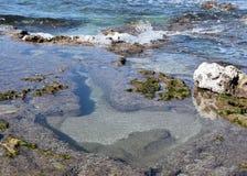 Hart van steen bij de kust stock afbeelding