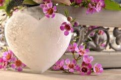 Hart van steen en bloemen Stock Afbeelding
