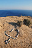 Hart van stenen op het zand Stock Fotografie