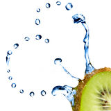 Hart van waterdalingen op kiwi die op wit worden geïsoleerd Royalty-vrije Stock Foto's