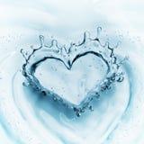 Hart van waterplons met bellen op blauwe waterachtergrond Royalty-vrije Stock Foto