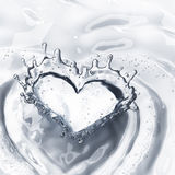 Hart van waterplons met bellen op wit wordt geïsoleerd dat Royalty-vrije Stock Afbeelding