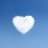 Hart van wolkensymbool van liefde op achtergrond van blauwe hemel Stock Afbeeldingen