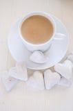Hart-vorm koekjes en koffie Stock Afbeeldingen