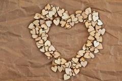 Hart-vorm van kleine houten harten wordt gemaakt dat Royalty-vrije Stock Foto's