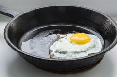 Hart-vormig die eieren in een gietijzerkoekepan worden geroosterd Royalty-vrije Stock Foto