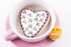 Hart-vormig koekje in een kop stock afbeeldingen