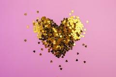 Hart-vormige confettien die op een roze achtergrond worden verspreid Viering en partij, concept De ruimte van het exemplaar royalty-vrije stock afbeelding