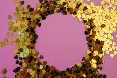 Hart-vormige confettien die op een roze achtergrond worden verspreid Viering en partij, concept De ruimte van het exemplaar royalty-vrije stock foto's