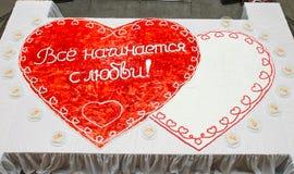 Hart-vormige huwelijkscake met aardbeien Royalty-vrije Stock Afbeelding