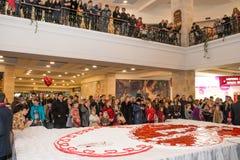 Hart-vormige huwelijkscake met aardbeien Stock Foto
