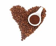 Hart-vormige koffiebonen met verpletterde koffiebonen op witte achtergrond, illustratie stock foto