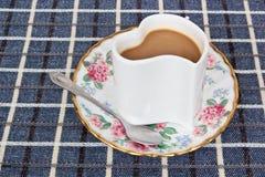 Hart-vormige koffiekop en koffie Stock Foto's