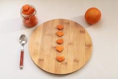 Hart-vormige sinaasappelschillen op de houten scherpe raad royalty-vrije stock afbeeldingen