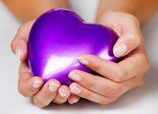 Hart in vrouwenhanden Stock Foto's