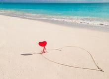 Hart in wit zand op een tropisch strand wordt geschilderd dat Royalty-vrije Stock Afbeeldingen