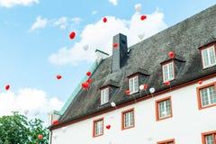 Hartballon met kleurrijke wit en rood op de blauwe liefde van het hemelconcept in de zomer en valentijnskaart, huwelijkswittebroo Royalty-vrije Stock Foto