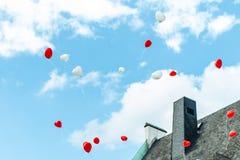 Hartballon met kleurrijke wit en rood op de blauwe liefde van het hemelconcept in de zomer en valentijnskaart, huwelijkswittebroo Royalty-vrije Stock Fotografie