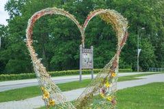 Hartdecoratie bij stad Lauksne Aard en groene bomen Stock Foto's