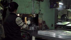 Harte Arbeit der Arbeitnehmerin an der Formungsmaschine stock video