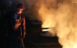 Harte Arbeit in der Gießerei Stockfoto