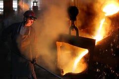 Harte Arbeit in der Gießerei stockbilder