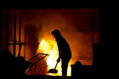 Harte Arbeit in einer Gießerei, schmelzendes Eisen Lizenzfreie Stockbilder