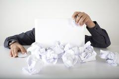 Harte Funktion des Geschäftsmannes in den Dokumenten Stockfoto