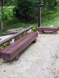 Harte Holzbank von der alten Lagerschwelle Lizenzfreies Stockbild
