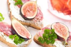 Harte Salami mit Feigen Canapes stockfotos