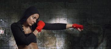 Recht junge Frau, die Übung tut Lizenzfreie Stockbilder