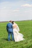 Hartelijk echtpaar op gebied stock fotografie