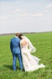 Hartelijk echtpaar op groen gebied stock afbeeldingen