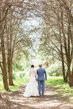 Hartelijk echtpaar op zonnige steeg royalty-vrije stock foto's