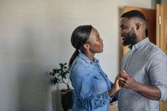Hartelijk jong Afrikaans Amerikaans paar die samen thuis dansen royalty-vrije stock fotografie